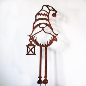 Krasnal na wysokich nogach  - świąteczna dekoracja ogrodowa